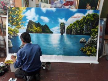 dang vẽ tranh vinh ha long cho khách